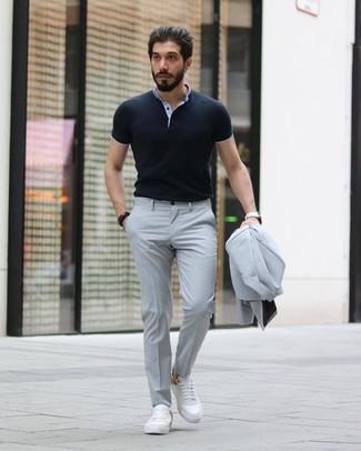 Cómo combinar: traje gris, camisa polo negra, tenis de cuero blancos, reloj de cuero blanco