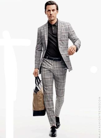 Cómo combinar: traje de tartán gris, camisa polo negra, zapatos con doble hebilla de cuero negros, bolsa tote de lona marrón claro