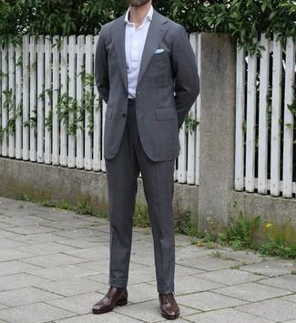 Cómo combinar un pañuelo de bolsillo celeste: Equípate un traje a cuadros en gris oscuro con un pañuelo de bolsillo celeste para conseguir una apariencia relajada pero elegante. Zapatos oxford de cuero en marrón oscuro son una forma sencilla de mejorar tu look.
