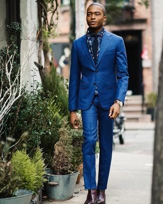 Cómo combinar: traje azul, camisa vaquera azul, botines chelsea de cuero burdeos, corbata azul marino