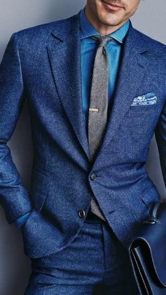 Ponte una parte de arriba azul y una camisa vaquera azul para una apariencia clásica y elegante.