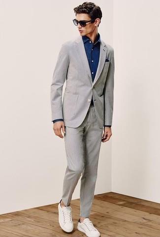 Cómo combinar: traje de seersucker gris, camisa vaquera azul marino, tenis de cuero blancos, pañuelo de bolsillo azul marino