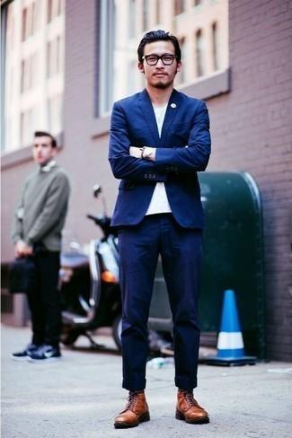 Cómo combinar unas botas casual de cuero en tabaco: Si buscas un estilo adecuado y a la moda, utiliza un traje azul y una camiseta con cuello circular blanca. ¿Por qué no añadir botas casual de cuero en tabaco a la combinación para dar una sensación más relajada?