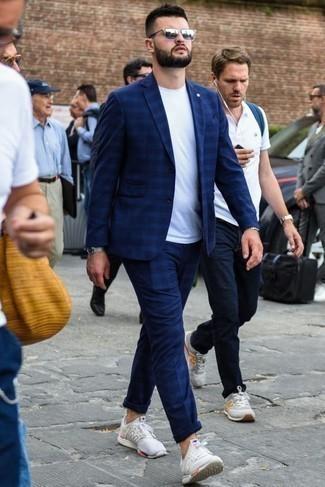 Cómo combinar un traje de tartán azul marino: Intenta combinar un traje de tartán azul marino junto a una camiseta con cuello circular blanca para el after office. Si no quieres vestir totalmente formal, complementa tu atuendo con deportivas blancas.