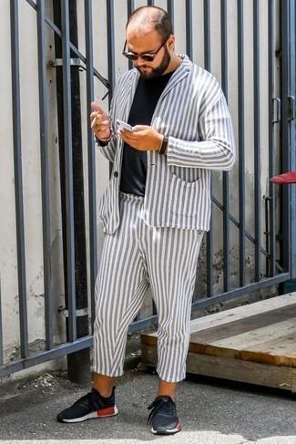 Cómo combinar un traje de rayas verticales blanco: Considera ponerse un traje de rayas verticales blanco y una camiseta con cuello circular negra para lograr un estilo informal elegante. ¿Por qué no añadir deportivas negras a la combinación para dar una sensación más relajada?