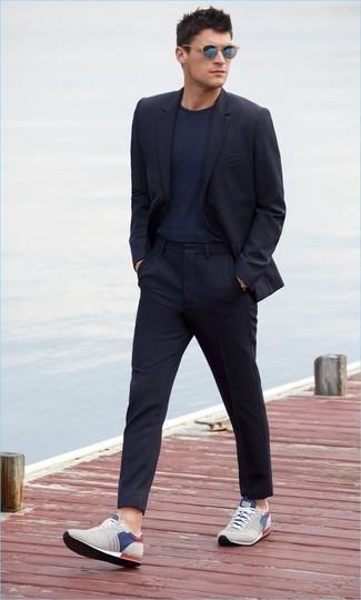 Cómo combinar unas gafas de sol azules: Intenta ponerse un traje azul marino y unas gafas de sol azules para un almuerzo en domingo con amigos. ¿Quieres elegir un zapato informal? Usa un par de deportivas grises para el día.