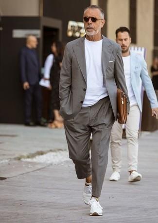 Cómo combinar un pañuelo de bolsillo blanco: Elige un traje gris y un pañuelo de bolsillo blanco para conseguir una apariencia relajada pero elegante. Si no quieres vestir totalmente formal, usa un par de deportivas blancas.