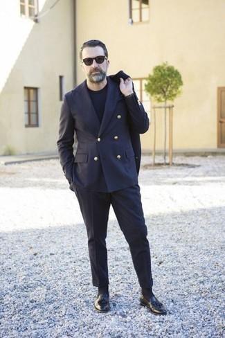 Cómo combinar un traje azul marino: Si buscas un look en tendencia pero clásico, haz de un traje azul marino y una camiseta con cuello circular negra tu atuendo. Agrega mocasín con borlas de cuero negro a tu apariencia para un mejor estilo al instante.