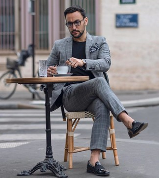 Cómo combinar unas gafas de sol grises: Usa un traje de tartán gris y unas gafas de sol grises para cualquier sorpresa que haya en el día. Complementa tu atuendo con mocasín de cuero negro para mostrar tu inteligencia sartorial.
