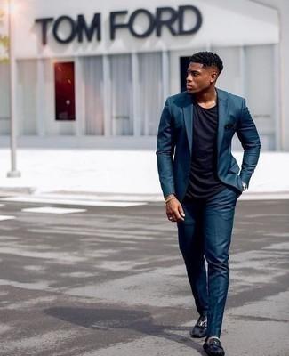 Cómo combinar un traje en verde azulado: Si buscas un look en tendencia pero clásico, usa un traje en verde azulado y una camiseta con cuello circular azul marino. ¿Quieres elegir un zapato informal? Complementa tu atuendo con mocasín de cuero negro para el día.
