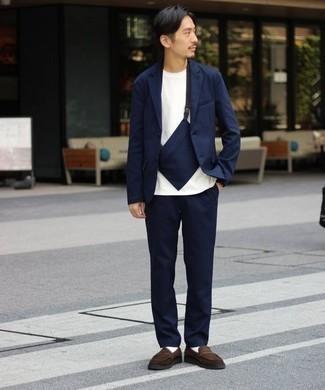 Cómo combinar un traje azul marino: Elige un traje azul marino y una camiseta con cuello circular blanca para las 8 horas. Elige un par de mocasín de ante en marrón oscuro para mostrar tu inteligencia sartorial.