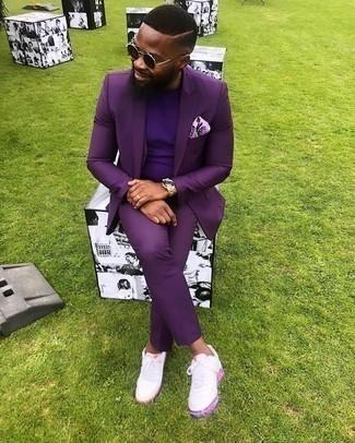Cómo combinar un traje en violeta: Empareja un traje en violeta con una camiseta con cuello circular en violeta para las 8 horas. Si no quieres vestir totalmente formal, elige un par de tenis de cuero blancos.