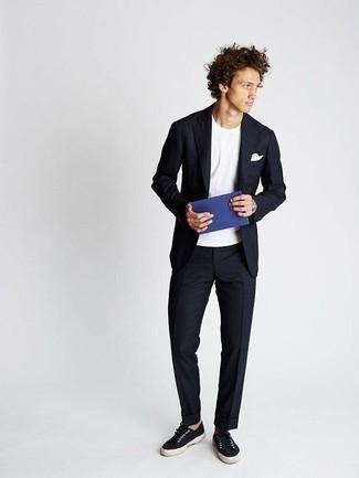 Cómo combinar un pañuelo de bolsillo blanco: Los días ocupados exigen un atuendo simple aunque elegante, como un traje azul marino y un pañuelo de bolsillo blanco. Tenis de lona azul marino son una opción incomparable para complementar tu atuendo.
