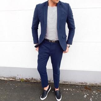 Cómo combinar: traje de lana azul marino, camiseta con cuello circular de rayas horizontales en blanco y azul marino, zapatillas slip-on de cuero negras, correa de cuero negra
