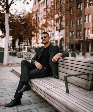 Cómo combinar: traje de lana en gris oscuro, camiseta con cuello circular negra, zapatos derby de cuero negros, gafas de sol negras