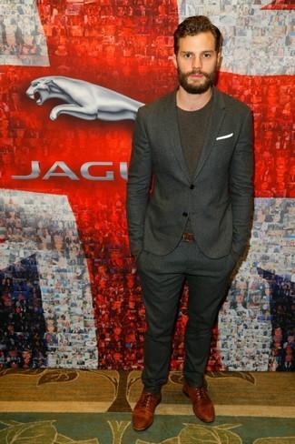 Look de Jamie Dornan: Traje de Rayas Verticales en Gris Oscuro, Camiseta con Cuello Circular en Marrón Oscuro, Zapatos Oxford de Cuero Marrónes, Pañuelo de Bolsillo Blanco