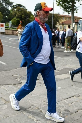 Cómo combinar unos calcetines: Usa un traje azul y unos calcetines para cualquier sorpresa que haya en el día. Deportivas blancas resaltaran una combinación tan clásico.