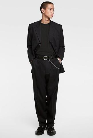 Cómo combinar una camiseta de manga larga negra: Usa una camiseta de manga larga negra y un traje de rayas verticales negro para lograr un look de vestir pero no muy formal. ¿Te sientes valiente? Completa tu atuendo con mocasín de cuero grueso negro.