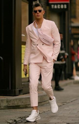 Cómo combinar una camiseta sin mangas: Empareja una camiseta sin mangas con un traje rosado para un lindo look para el trabajo. Si no quieres vestir totalmente formal, haz deportivas blancas tu calzado.