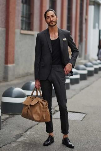 Cómo combinar unos zapatos oxford de cuero negros: Si buscas un look en tendencia pero clásico, elige un traje en gris oscuro y una camiseta sin mangas negra. Agrega zapatos oxford de cuero negros a tu apariencia para un mejor estilo al instante.