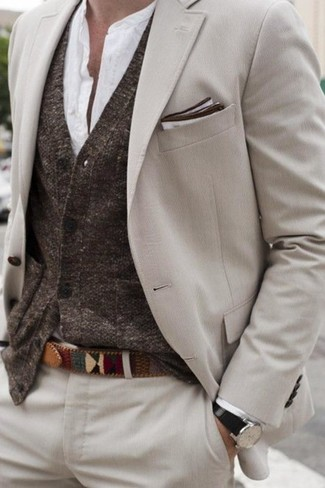Cómo combinar: traje en beige, cárdigan en marrón oscuro, camisa de manga larga blanca, pañuelo de bolsillo blanco