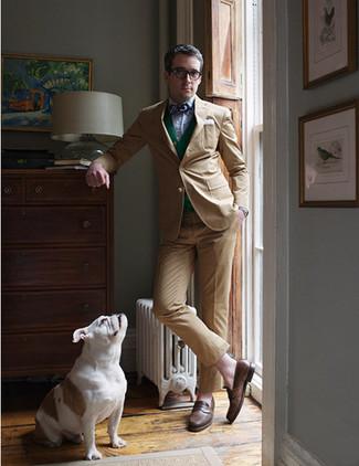 Cómo combinar: traje marrón claro, cárdigan verde, camisa de manga larga de rayas verticales azul, mocasín de cuero marrón