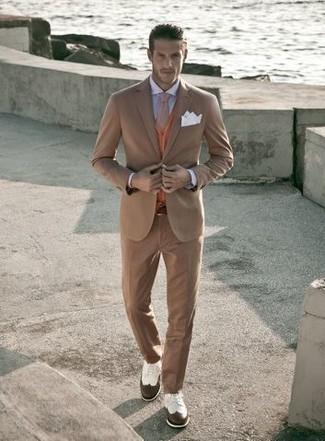 Cómo combinar: traje marrón claro, cárdigan naranja, camisa de vestir celeste, zapatos brogue de cuero en blanco y marrón