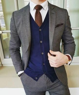 Cómo combinar: traje de lana gris, cárdigan azul marino, camisa de vestir blanca, corbata en marrón oscuro
