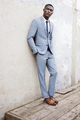 Cómo combinar: traje de tartán celeste, camisa de vestir blanca, zapatos brogue de cuero marrón claro, corbata estampada azul marino