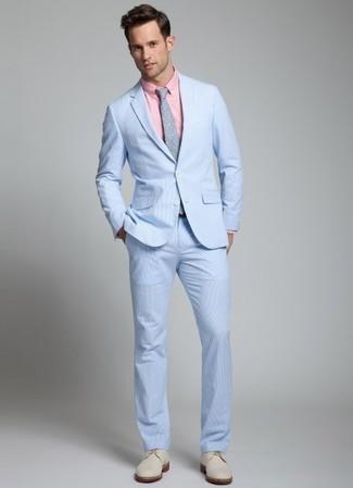 Cómo combinar: traje de seersucker celeste, camisa de vestir rosada, zapatos derby de ante en beige, corbata a lunares gris
