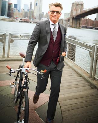 Cómo combinar: traje gris, chaleco de punto burdeos, camisa de vestir blanca, mocasín con borlas de ante en marrón oscuro