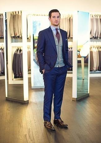 Cómo combinar un chaleco de punto gris: Casa un chaleco de punto gris con un traje azul marino para rebosar clase y sofisticación. Si no quieres vestir totalmente formal, usa un par de zapatos con doble hebilla de cuero en marrón oscuro.
