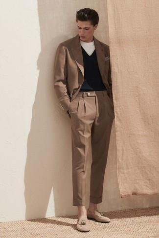 Cómo combinar un pañuelo de bolsillo gris: Un traje marrón y un pañuelo de bolsillo gris son prendas que debes tener en tu armario. Con el calzado, sé más clásico y opta por un par de mocasín con borlas de ante en beige.