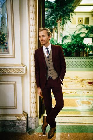 Cómo combinar: traje burdeos, chaleco de vestir de lana marrón, camisa de vestir blanca, zapatos con doble hebilla de cuero marrónes