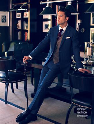 Cómo combinar: traje de rayas verticales azul marino, chaleco de vestir marrón, camisa de vestir blanca, zapatos brogue de cuero negros