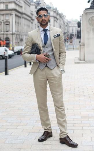 Cómo combinar: traje en beige, chaleco de vestir gris, camisa de vestir celeste, zapatos brogue de cuero en marrón oscuro
