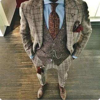 Cómo combinar: traje de lana de tartán marrón, chaleco de vestir de lana en marrón oscuro, camisa de vestir celeste, zapatos oxford de cuero marrónes