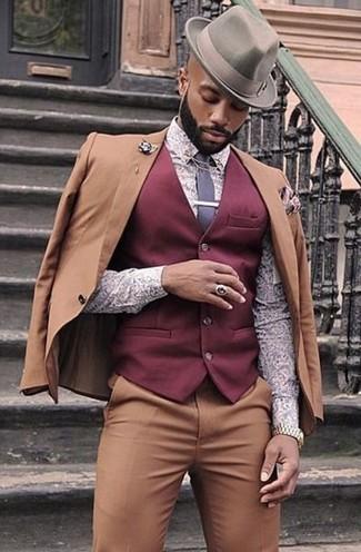 Cómo combinar: traje marrón claro, chaleco de vestir burdeos, camisa de vestir estampada violeta claro, sombrero gris