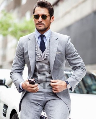 Cómo combinar: traje gris, chaleco de vestir de tartán gris, camisa de vestir celeste, corbata azul marino