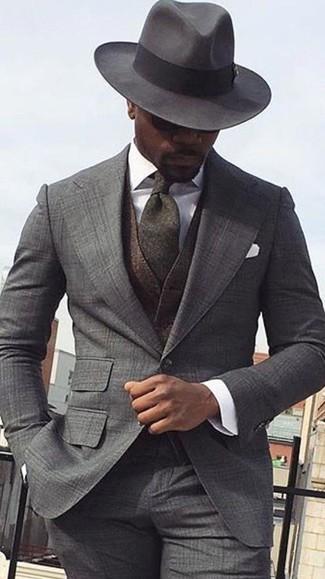 Cómo combinar: traje de tartán gris, chaleco de vestir de lana en marrón oscuro, camisa de vestir blanca, sombrero de lana en gris oscuro