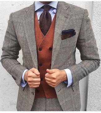 Cómo combinar: traje de lana de pata de gallo gris, chaleco de vestir de lana naranja, camisa de vestir celeste, corbata de punto en marrón oscuro