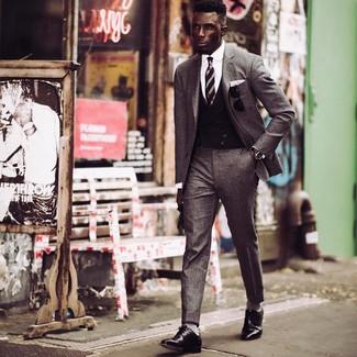 Cómo combinar: traje de lana gris, chaleco de vestir negro, camisa de vestir blanca, zapatos derby de cuero negros