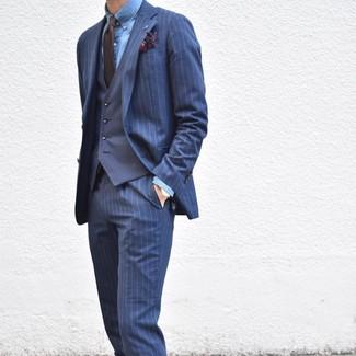 Cómo combinar: traje de rayas verticales azul marino, chaleco de vestir azul marino, camisa de vestir de cambray azul, corbata en marrón oscuro