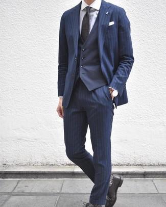 Cómo combinar: traje de rayas verticales azul marino, chaleco de vestir azul marino, camisa de vestir blanca, zapatos derby de cuero negros