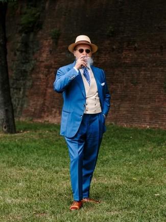 Cómo combinar: traje azul, chaleco de vestir en beige, camisa de vestir blanca, zapatos oxford de cuero marrónes