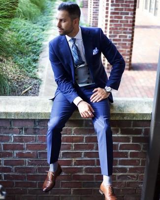 Cómo combinar: traje azul, chaleco de vestir gris, camisa de vestir blanca, zapatos oxford de cuero marrónes