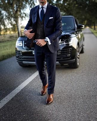 Outfits hombres: Empareja un traje de rayas verticales azul marino con un chaleco de vestir en marrón oscuro para un perfil clásico y refinado. Si no quieres vestir totalmente formal, usa un par de zapatos brogue de cuero marrónes.