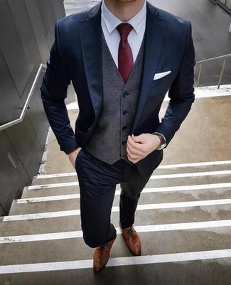 Cómo combinar: traje azul marino, chaleco de vestir en gris oscuro, camisa de vestir blanca, zapatos derby de cuero marrónes