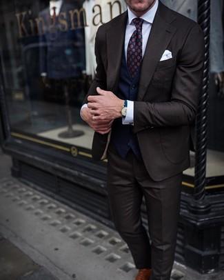 Outfits hombres: Usa un traje en marrón oscuro y un chaleco de vestir azul marino para rebosar clase y sofisticación. Zapatos oxford de cuero marrónes añadirán interés a un estilo clásico.