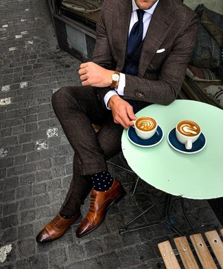 Outfits hombres: Usa un traje a cuadros en marrón oscuro y un chaleco de vestir azul marino para rebosar clase y sofisticación. ¿Quieres elegir un zapato informal? Opta por un par de zapatos brogue de cuero marrónes para el día.
